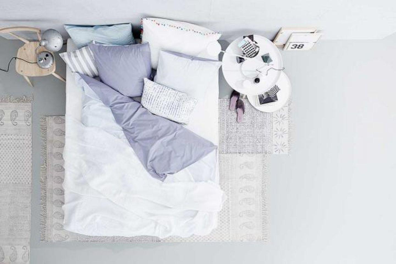 Neue Wohntextilien wie Bettwäsche und Läufer im Schlafzimmer