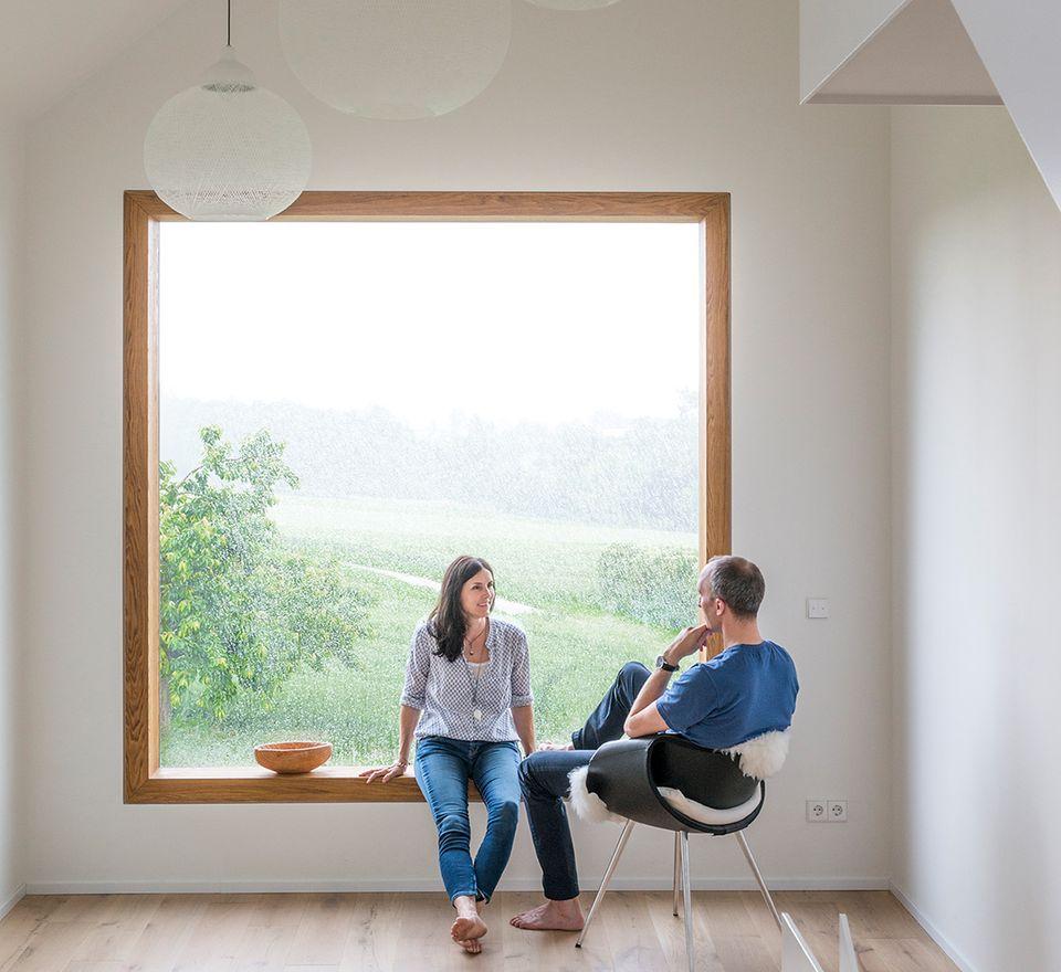 Haus des Jahres 2016: Minimalistisches Satteldachhaus -  großes Sitzfenster