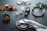 Weihnachtlich gedeckter Tisch mit Accessoires von ferm Living