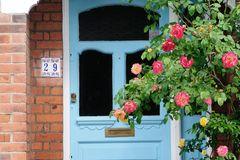Haustür mit Rosen