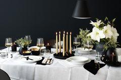 Weihnachtlicher Tisch in Schwarz und Weiß