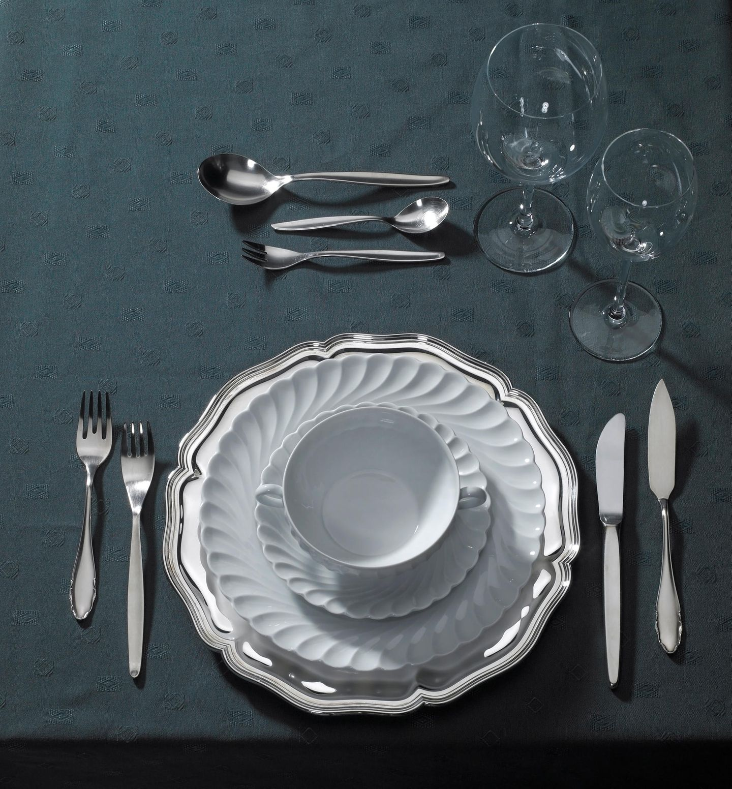 KLassisch gedeckter Tisch für ein Mehrgang-Menü
