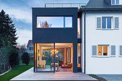 Walmdach-Haus mit Anbau - außen