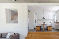 Walmdach-Haus mit Anbau - Holztreppe