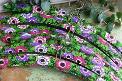 Kleiderbügel mit Blütenmuster über Dawanda