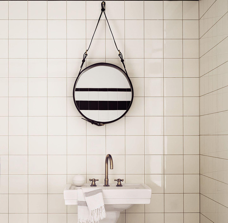 """Spiegel """"Adnet"""" von Gubi im Badezimmer"""
