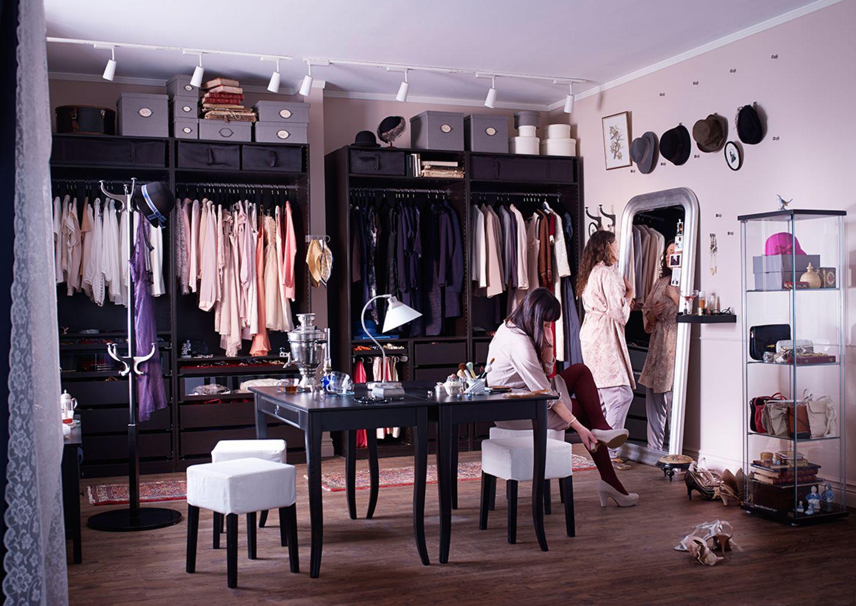 """Begehbarer Kleiderschrank mit Ikeas """"Pax""""-System"""