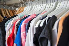 Kleidung im Kleiderschrank