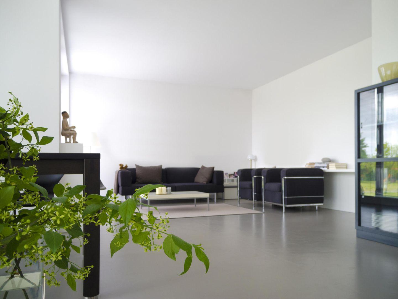 Raum mit grauem Estrichboden