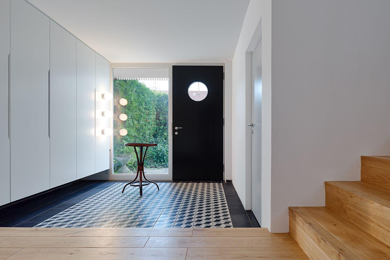 Modernisiertes 60-Jahre-Doppelhaus: Eingang mit Flur