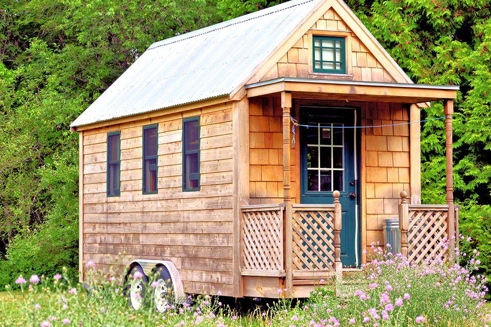 Das perfekte Zuhause für moderne Nomaden: Ein rustikales Tiny House auf Rädern.