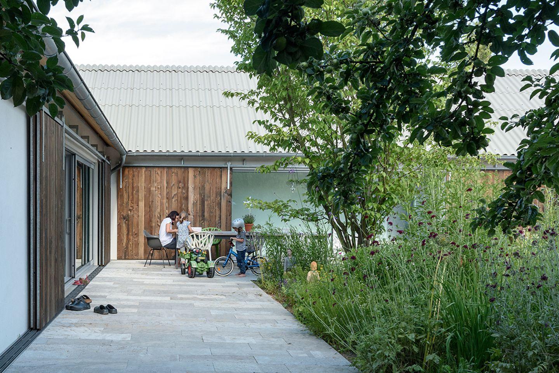 Reduzierter Neubau mit grünem Innenhof: außen