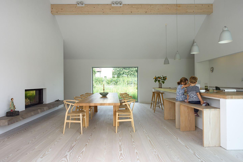 Reduzierter Neubau mit grünem Innenhof: Stauraum