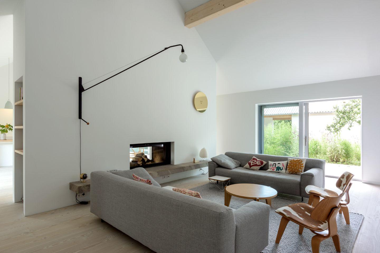Reduzierter Neubau mit grünem Innenhof: Wohnzimmer