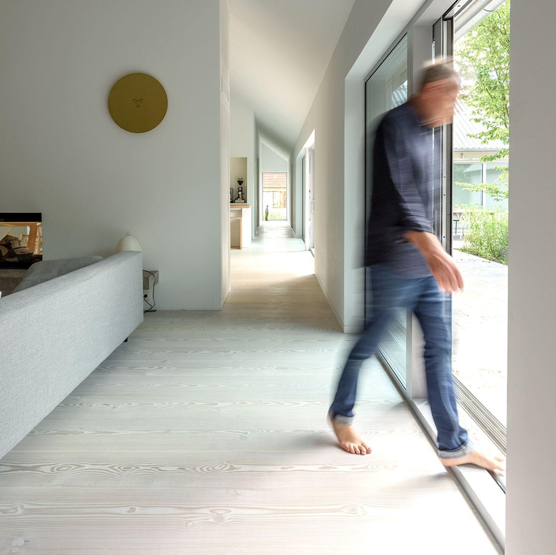 Reduzierter Neubau mit grünem Innenhof: Flur