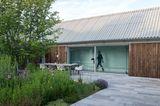 Reduzierter Neubau mit grünem Innenhof: Architektur