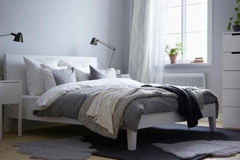 Farben im Schlafzimmer - die pudergraue Wand