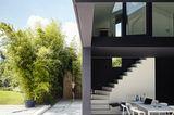 Architektenhäuser: Ferienhaus aus Leichtbeton - Stellplatz und Liegefläche
