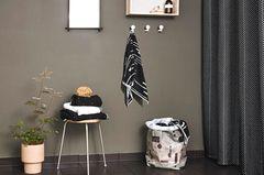 Dekoartikel wie Duschvorhang, Spiegel und Wäschekorb von Oyoy