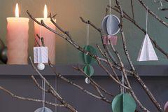 Selbstgemachte Schmuckanhänger aus Papier als Weihnachtsdeko