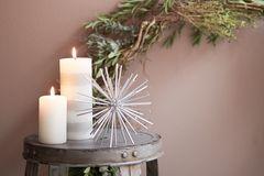 Stumpenkerzen als minimalistische Weihnachts- und Winterdeko