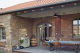 Trafogebäude wird Wohnhaus: überdachte Terrasse