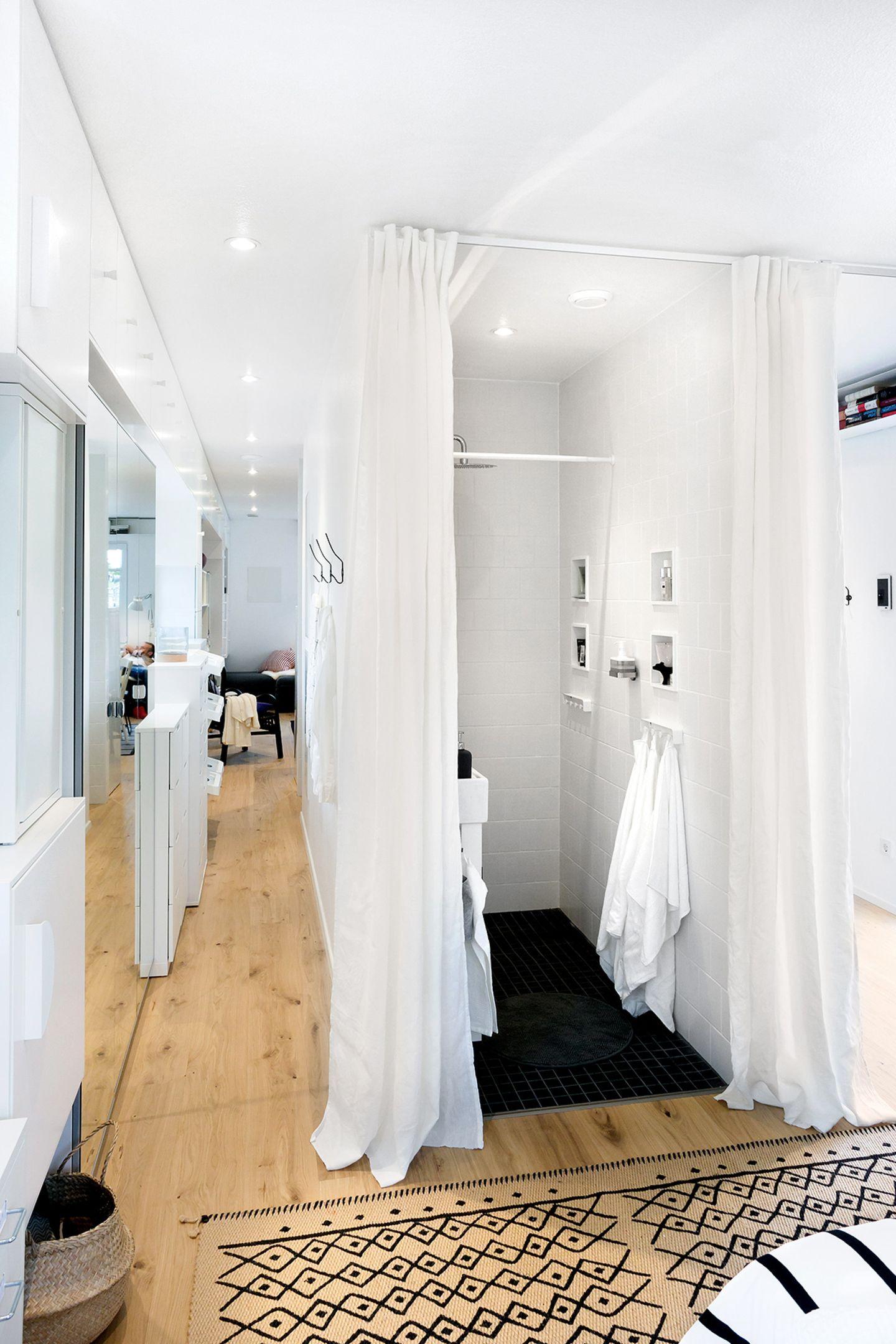 "Blick vom Schlafzimmer ins Bad des ""Green Living Space"""