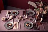 Die gedeckte Weihnachtstafel - Dekoration und Blumen in Nude und Lilatönen