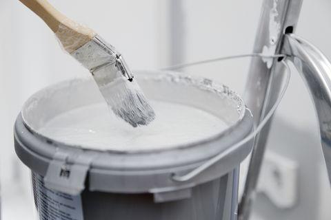Streichen mit weißer Wandfarbe