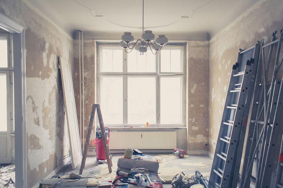Renovieren und Streichen einer sanierungsbedürftigen Wohnung