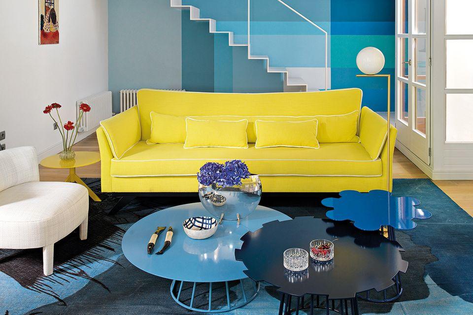 Gelbes Sofa und Metalltische in Wolkenform