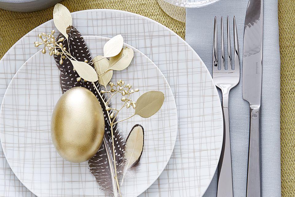 Ostertisch in Gold und Weiß
