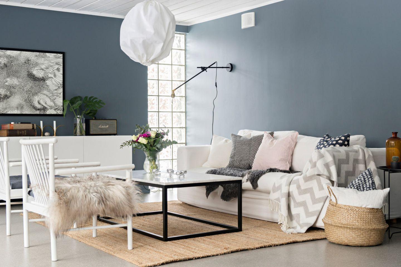 Skandinavisch schön: Wohnzimmer mit grauer Wand