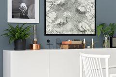 Weißes Sideboard vor grauer Wand