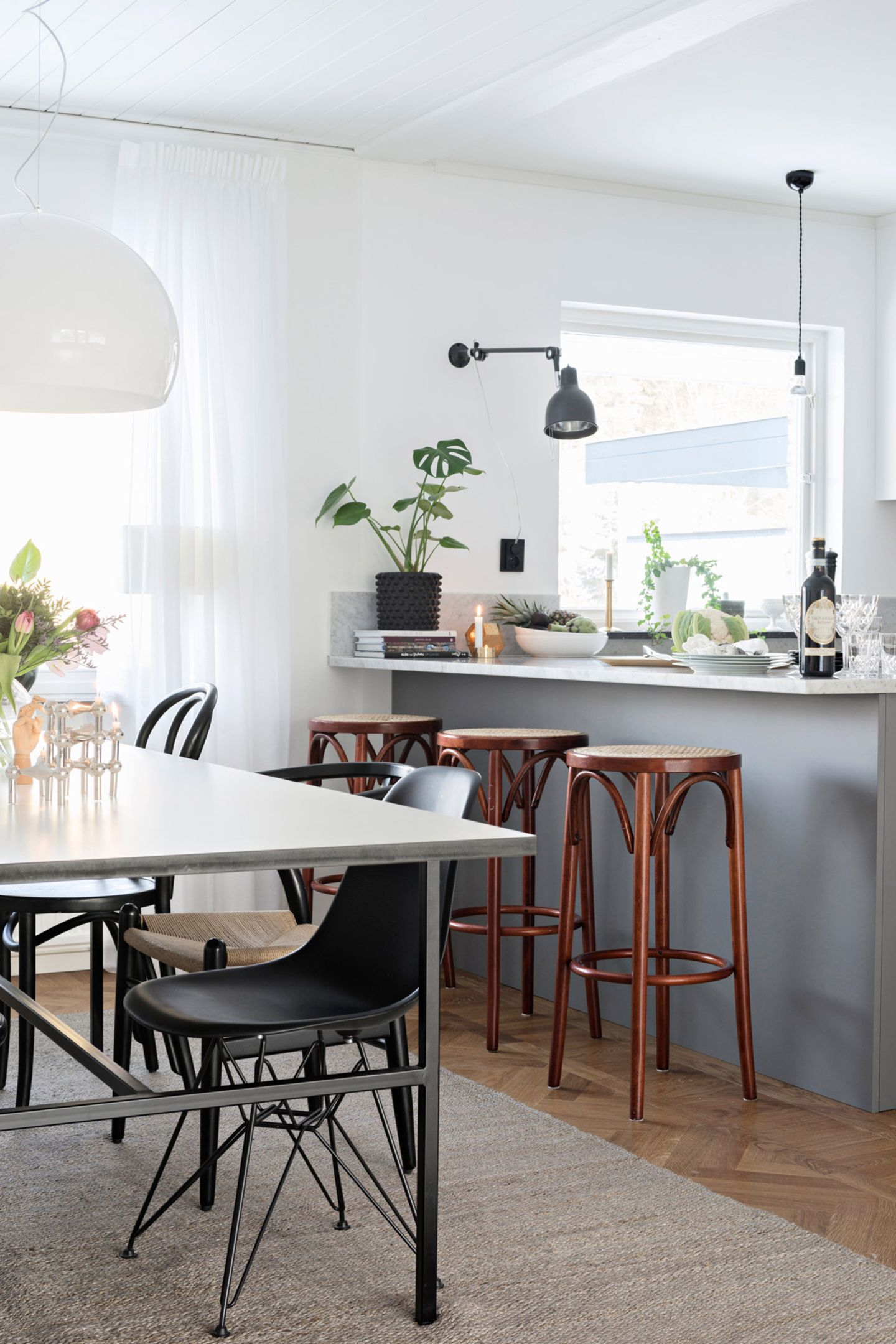 Grauer Küchentresen mit Barhockern