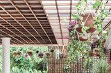 Pergola auf Steinbalken mit Dach aus Holz