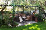Pergola im Garten mit Aussenküche und Pizzaofen