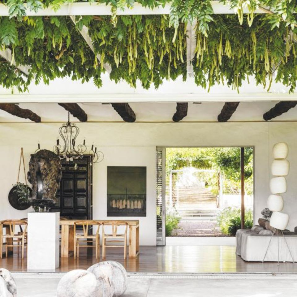 Offener Wohnbereich mit grünem Dach