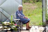 Elli Meyer hilft ihrem Enkel in der Seerosengärtnerei
