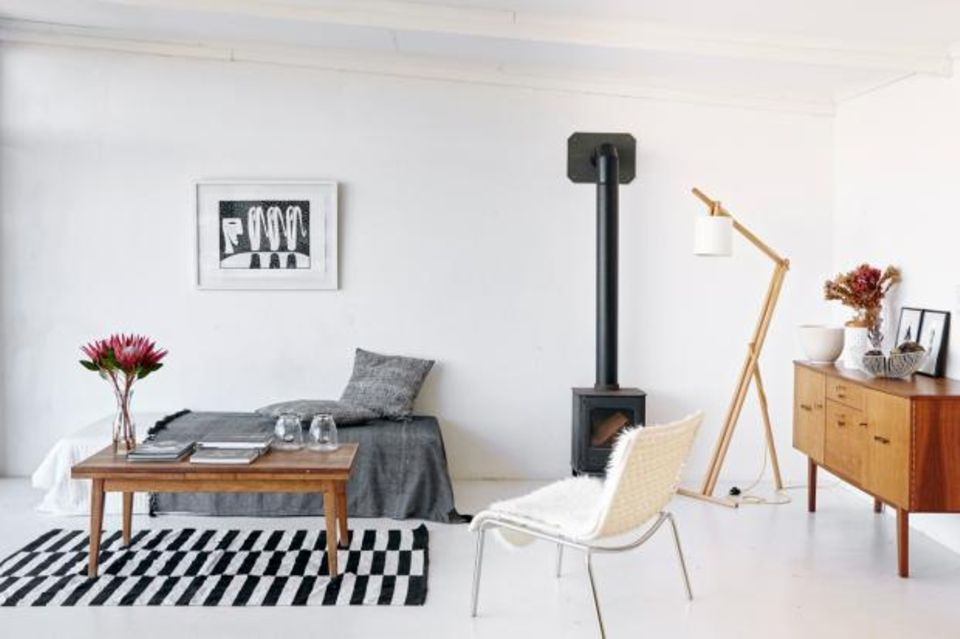 Wohnzimmer mit Ofen und Vintage-Sideboard