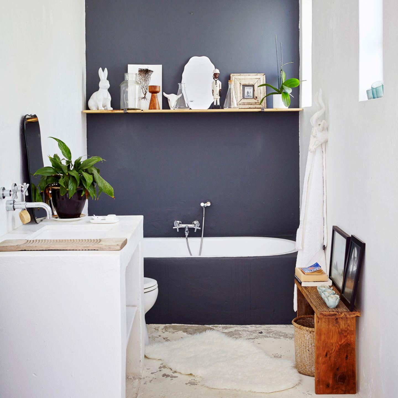 Badezimmer mit grauer Wand