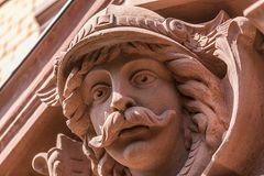 Figur der Sandstein-Fassade