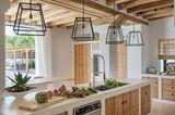 Laternen über Kücheninsel in mediterraner Küche