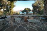 Ausblick aufs Mittelmeer mit Stühlen von Hay