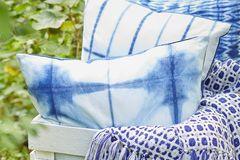 Feine Textilien in BLau und Weiß für die Gartenparty