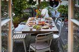 Gartenparty mit langer Tafel und vielen Gästen
