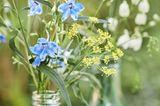 Zarte Blumendeko für die Gartenparty