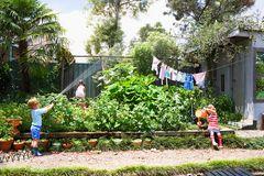 Kinder im Garten vor Gemüsebeet