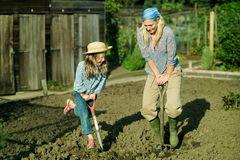 Mutter und Kind im Beet beim Umgraben