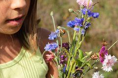 Mädchen mit Wildblumen-Strauss